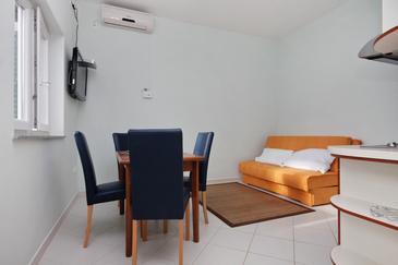 Duće, Jedáleň v ubytovacej jednotke apartment, klimatizácia k dispozícii, domáci miláčikovia povolení a WiFi.