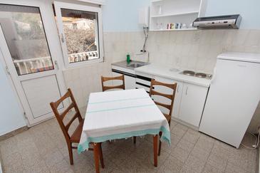 Duće, Jedáleň v ubytovacej jednotke apartment, domáci miláčikovia povolení a WiFi.