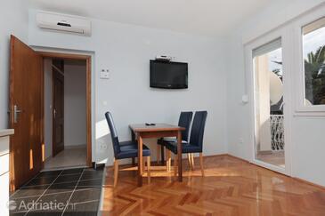 Duće, Jídelna v ubytování typu apartment, s klimatizací, domácí mazlíčci povoleni a WiFi.