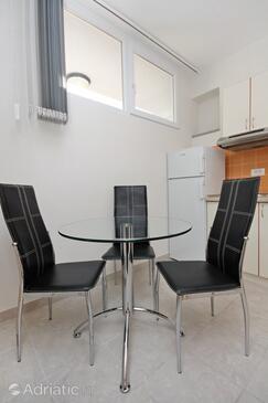 Duće, Jídelna v ubytování typu studio-apartment, domácí mazlíčci povoleni a WiFi.