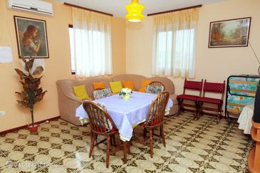Okrug Donji, Dining room in the apartment, dostupna klima i WIFI.