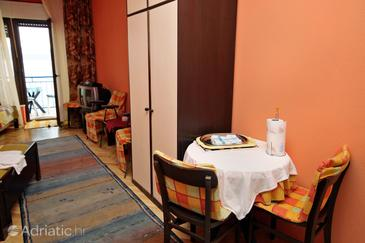 Lokva Rogoznica, Dining room in the studio-apartment, dopusteni kucni ljubimci i WIFI.