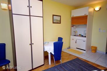 Lokva Rogoznica, Jídelna v ubytování typu studio-apartment, domácí mazlíčci povoleni a WiFi.