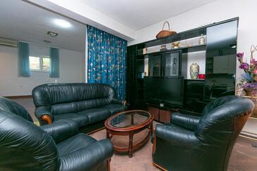 Brela, Obývací pokoj v ubytování typu studio-apartment, domácí mazlíčci povoleni a WiFi.