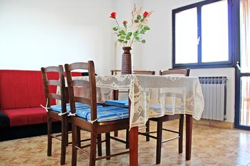 Bušinci, Comedor in the apartment, air condition available y WiFi.