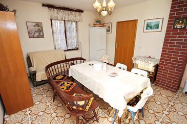 Bušinci, Dining room in the apartment, dostupna klima i WIFI.