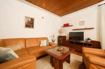 Postira, Obývacia izba v ubytovacej jednotke apartment, dostupna klima i WIFI.
