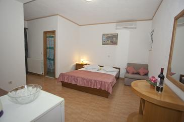 Brela, Ložnice v ubytování typu room, s klimatizací, domácí mazlíčci povoleni a WiFi.