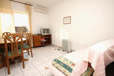 Kaštel Stari, Sala de estar in the apartment, air condition available, (pet friendly) y WiFi.