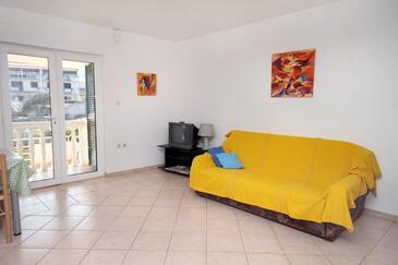 Slatine, Obývacia izba v ubytovacej jednotke apartment.