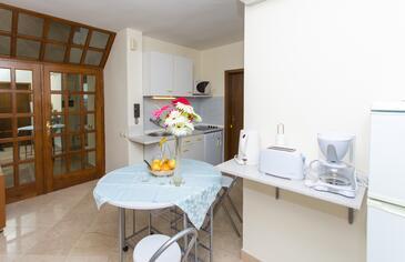 Seget Vranjica, Dining room in the apartment, dostupna klima i WIFI.