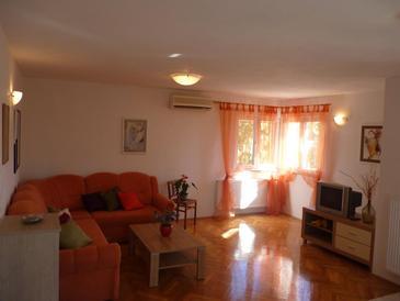 Petrčane, Living room in the apartment, dostupna klima i WIFI.