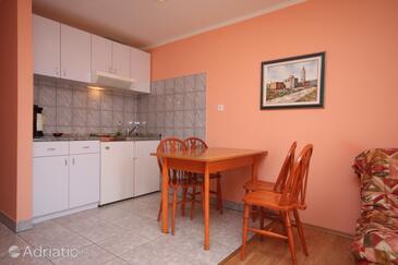 Sukošan, Dining room in the studio-apartment, dostupna klima, dopusteni kucni ljubimci i WIFI.