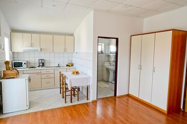 Sukošan, Dining room in the studio-apartment, air condition available, (pet friendly) and WiFi.