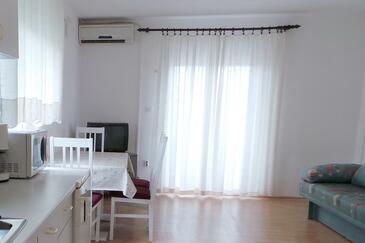 Ljubač, Dining room in the apartment, air condition available, (pet friendly) and WiFi.