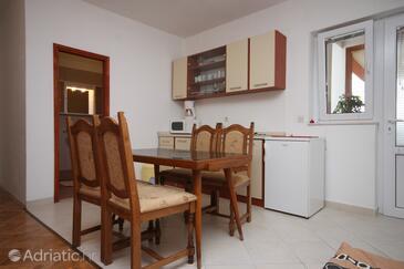 Ljubač, Dining room in the studio-apartment, dostupna klima, dopusteni kucni ljubimci i WIFI.