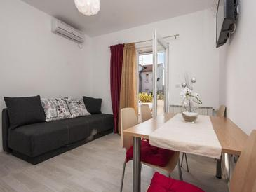 Brodarica, Dining room in the apartment, air condition available and WiFi.