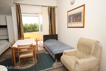 Zemunik Donji, Dining room in the studio-apartment, dostupna klima, dopusteni kucni ljubimci i WIFI.