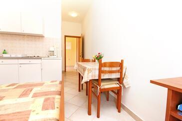 Rovanjska, Dining room in the studio-apartment, dostupna klima i WIFI.