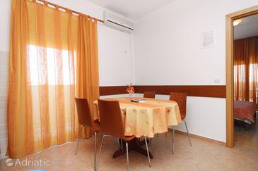 Tkon, Dining room in the apartment, air condition available and WiFi.