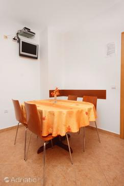 Tkon, Dining room in the apartment, dostupna klima i WIFI.