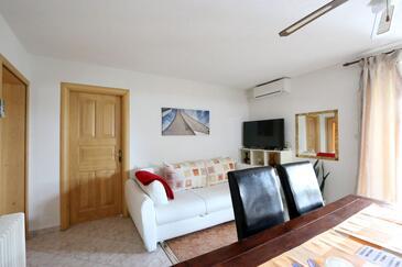 Biograd na Moru, Obývacia izba v ubytovacej jednotke apartment, klimatizácia k dispozícii, domáci miláčikovia povolení a WiFi.