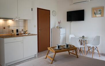 Sukošan, Jedáleň v ubytovacej jednotke studio-apartment, dostupna klima i WIFI.