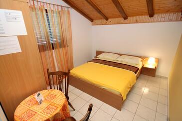 Vodice, Ložnice v ubytování typu room, s klimatizací a WiFi.