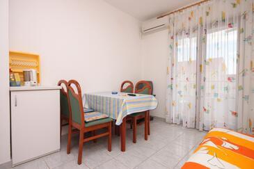 Biograd na Moru, Jadalnia w zakwaterowaniu typu apartment, dostupna klima, dopusteni kucni ljubimci i WIFI.