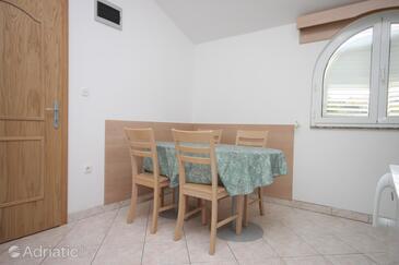 Jakišnica, Dining room in the apartment, dostupna klima, dopusteni kucni ljubimci i WIFI.