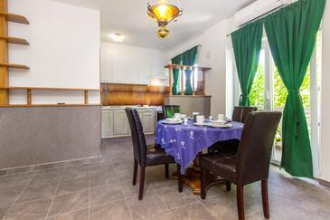 Pirovac, Jadalnia w zakwaterowaniu typu apartment, dostupna klima, dopusteni kucni ljubimci i WIFI.