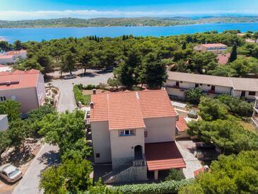 Pirovac, Šibenik, Szálláshely 6280 - Apartmanok a tenger közelében kavicsos stranddal.