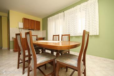 Povljana, Dining room in the apartment, air condition available, (pet friendly) and WiFi.
