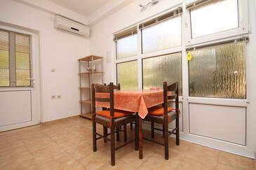 Novalja, Jedáleň v ubytovacej jednotke apartment, dostupna klima i WIFI.