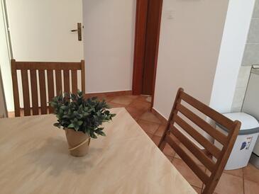 Vodice, Jídelna v ubytování typu apartment, dostupna klima, dopusteni kucni ljubimci i WIFI.