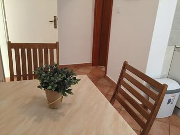 Vodice, Dining room in the apartment, air condition available, (pet friendly) and WiFi.