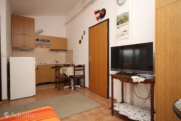 Pag, Jídelna v ubytování typu studio-apartment, s klimatizací a WiFi.