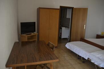 Kustići, Sala da pranzo nell'alloggi del tipo studio-apartment, condizionatore disponibile, animali domestici ammessi e WiFi.