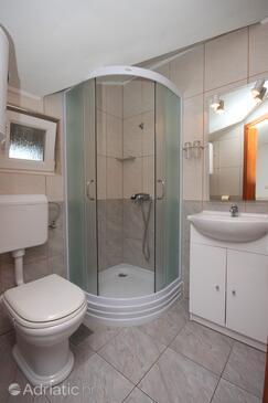 Novalja, Koupelna v ubytování typu room, domácí mazlíčci povoleni a WiFi.