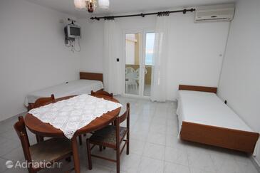 Kustići, Living room in the apartment, dostupna klima.