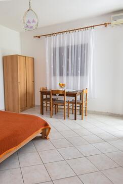 Kustići, Dining room in the studio-apartment, dostupna klima, dopusteni kucni ljubimci i WIFI.