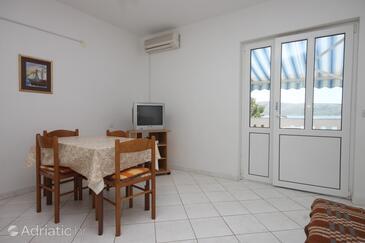 Kustići, Dining room in the apartment, dostupna klima i WIFI.