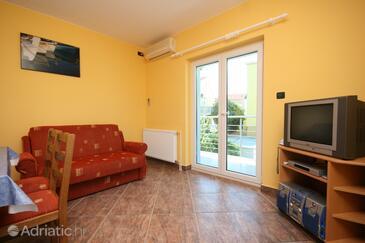 Povljana, Living room in the apartment, dostupna klima.