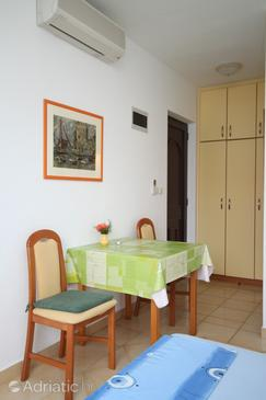 Pag, Dining room in the studio-apartment, dostupna klima.