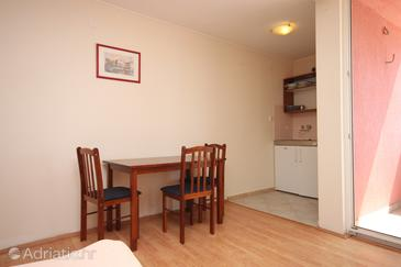 Metajna, Dining room in the studio-apartment, dopusteni kucni ljubimci i WIFI.