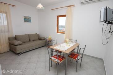 Kustići, Dining room in the apartment, dostupna klima i dopusteni kucni ljubimci.