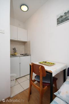 Starigrad, Dining room in the studio-apartment.