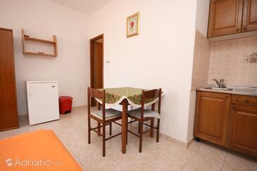 Kustići, Jídelna v ubytování typu studio-apartment, WiFi.