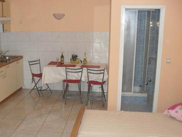 Orebić, Dining room in the studio-apartment, (pet friendly) and WiFi.