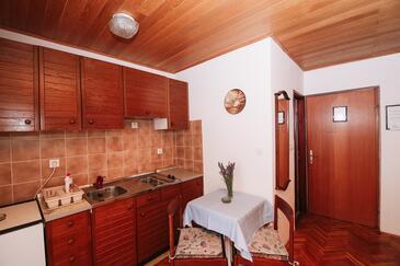 Novalja, Dining room in the studio-apartment, dostupna klima i WIFI.